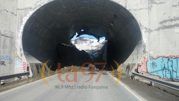 9 de octubre: El túnel creado por el Cerro Castor se derrumba y Ushuaia permanece aislada por días. Aún no se sabe por qué colapsó.