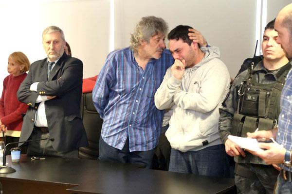 Víctor Morales consuela a su familia tras conocer la sentencia