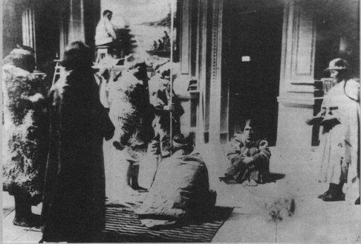 El cacique Inkayal, sentado para ser retratado. Estuvo recluido en el Museo hasta su suicidio.