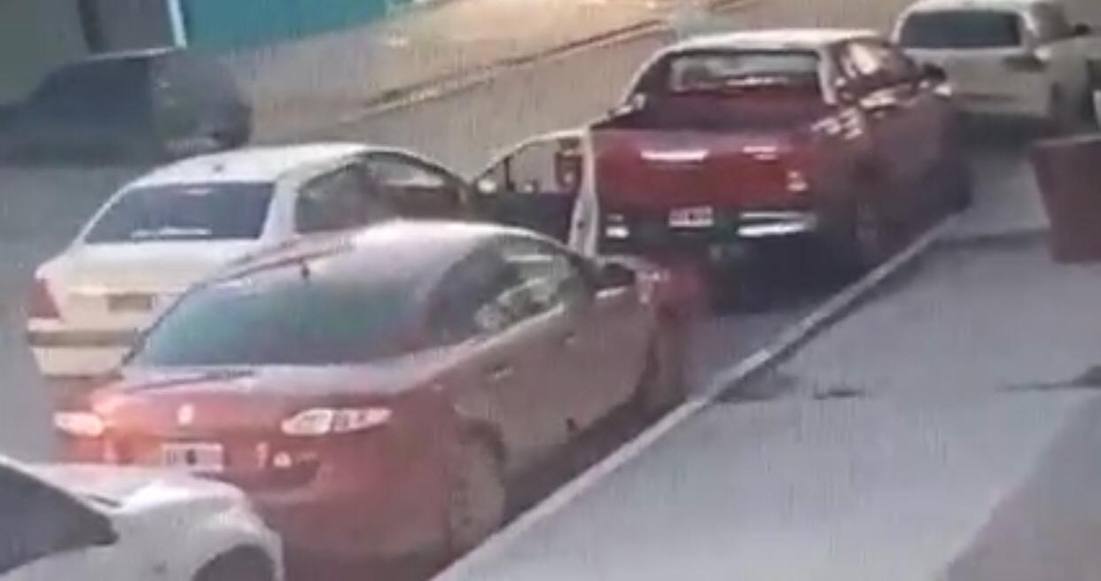Intentaron robar el auxilio de una camioneta, pero quedaron escrachados