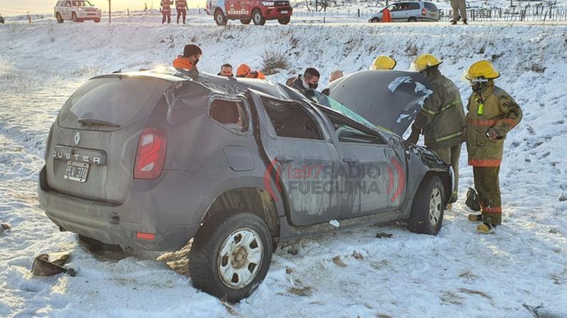 Impresionante vuelco en la nieve: tres personas heridas