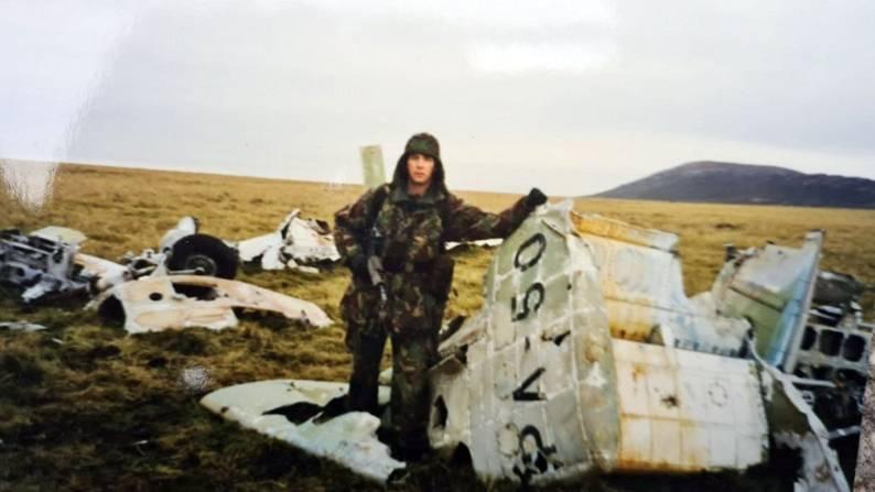 Un soldado británico devolvió a la Argentina restos de un avión derribado en Malvinas